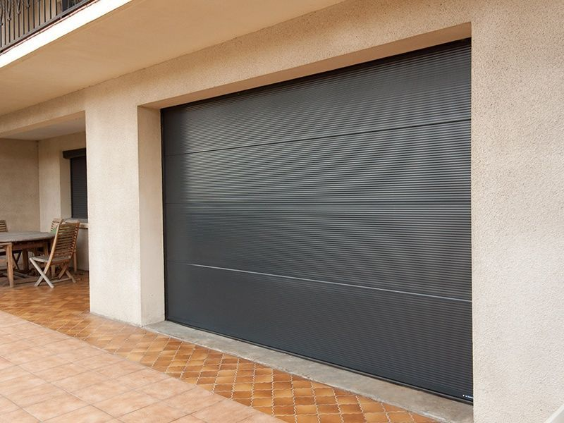 Porte sectionnelle sur mesure contemporaine la toulousaine for Marque de porte de garage sectionnelle